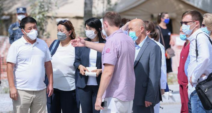 Вице-премьер-министр Кыргызской Республики Аида Исмаилова провела выездное совещание на базе военно-полевого госпиталя Семетей