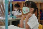 Ребенок в маске. Архивное фото