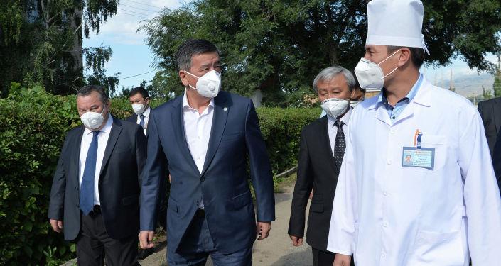 Президент Кыргызской Республики Сооронбай Жээнбеков сегодня, 4 августа, осмотрел ход капитальной реконструкции инфекционного отделения Иссык-Кульской территориальной районной больницы, расположенной в г. Чолпон-Ата.