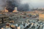 Дым поднимается с места взрыва в Бейруте