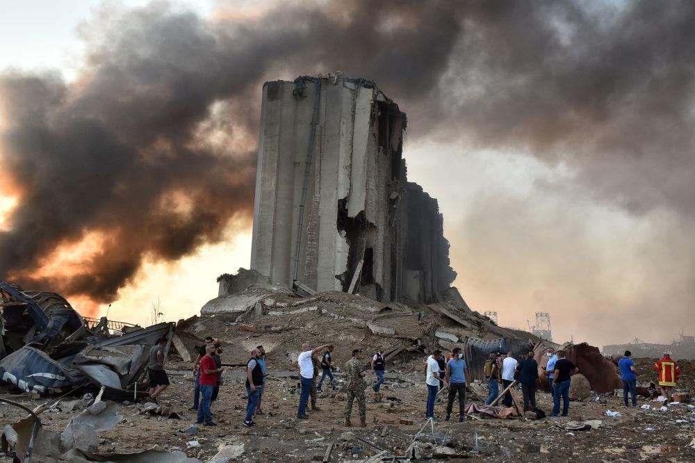 Ливандын борборундагы порттогу жарылуу болгон жердеги талкаланган бункер.