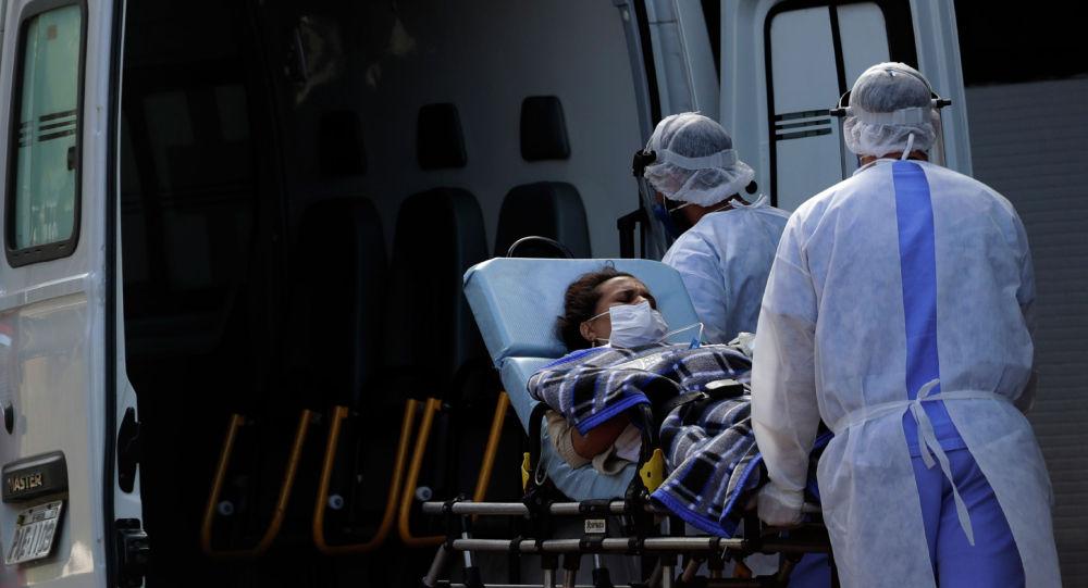 Медицинские работники перевозят пациента с COVID-19 в городе Бразилиа. Архивное фото