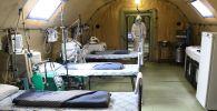 Медик в полевом госпитале, развернутом для больных COVID-19. Архивное фото