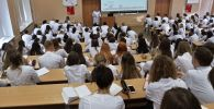 Медик студенттер окуу учурунда. Архив