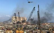 Вертолет ливанской армии пролетает над местом взрыва в районе порта Бейрута (Ливан)
