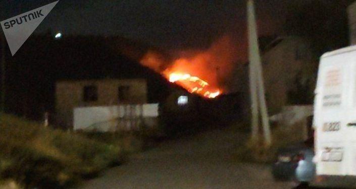 На склоне горы возле флагштока в селе Орто-Сай Аламудунского района горело сухотравье