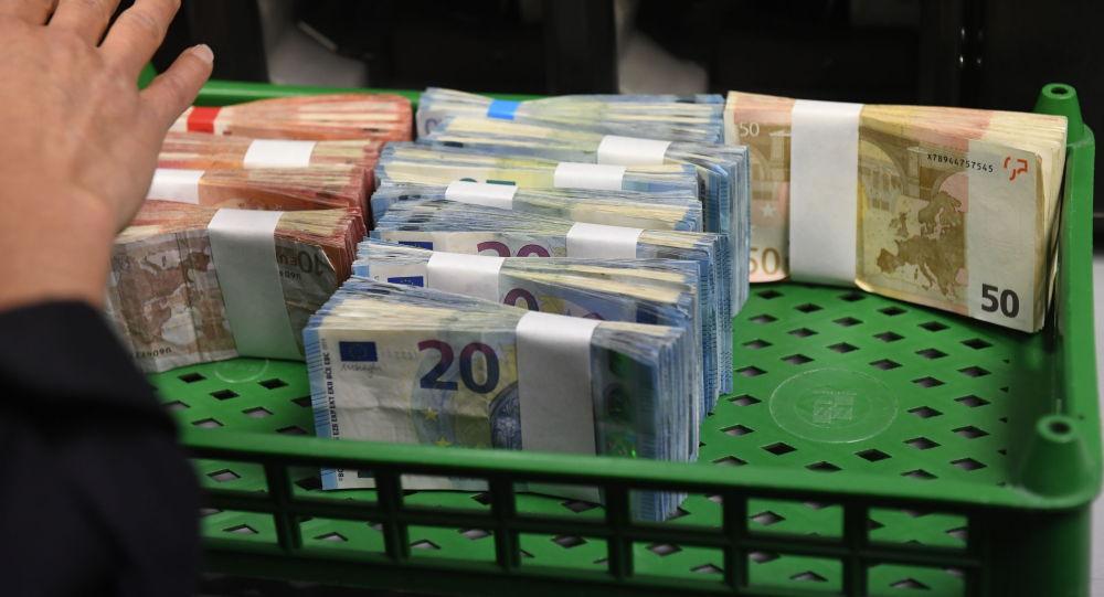 Аял евро купюраларды санап турат. Архив