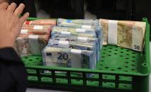 Женщина считает купюры евро. Архивное фото