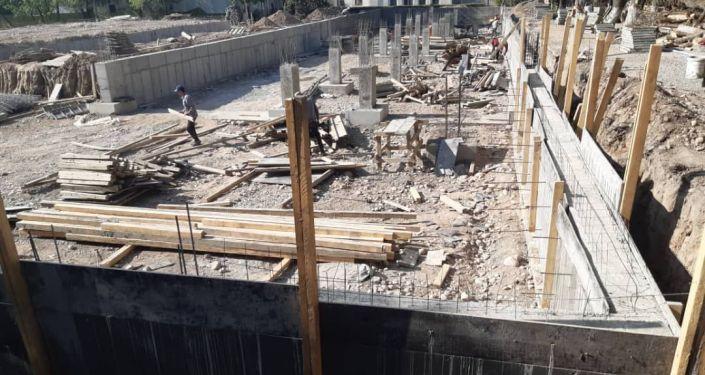 Рабочие задействованные в строительстве новой инфекционной больницы в Бишкеке, которая будет находиться на территории Республиканской клинической инфекционной больницы и рассчитана на 100 мест.