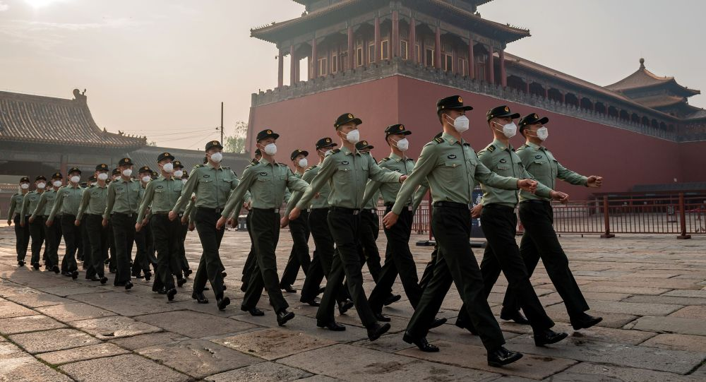 Пекинде Элдик боштондук армиясынын жоокерлери маршта. Архив