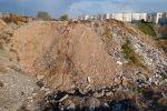 Мусор засыпанный землей в карьере 11 микрорайона в Бишкеке горит и испускает едкий дым
