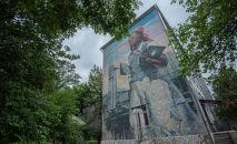 Граффити Айгуль авторства группы художников Doxa на стене школы № 12 в Бишкеке