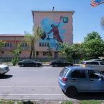 Граффити Баскетболист бросает мусорный пакет в контейнер команды художников Basic Colour на стене национальной школы-лицея инновационных технологий имени Молдокулова в Бишкеке