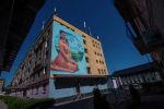 Граффити Бурулай Турдалы кызы группы художников Doxa на стене общежития Бишкекского медицинского колледжа. Архивное фото