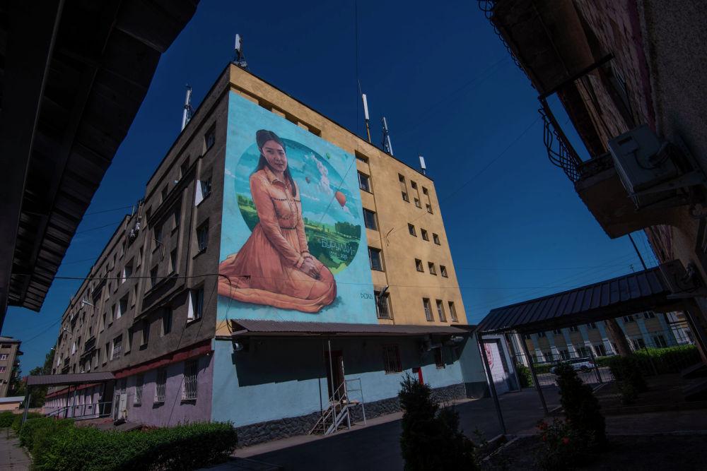Граффити Бурулай Турдалы кызы группы художников Doxa на стене общежития Бишкекского медицинского колледжа