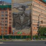 Писатель Чингиз Айматов изображен на граффити на стене дома в микрорайоне Джал-23 в Бишкеке
