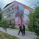 Граффити девочек с картины Семена Чуйкова Цветы Киргизии на стене школы №24 в Бишкеке