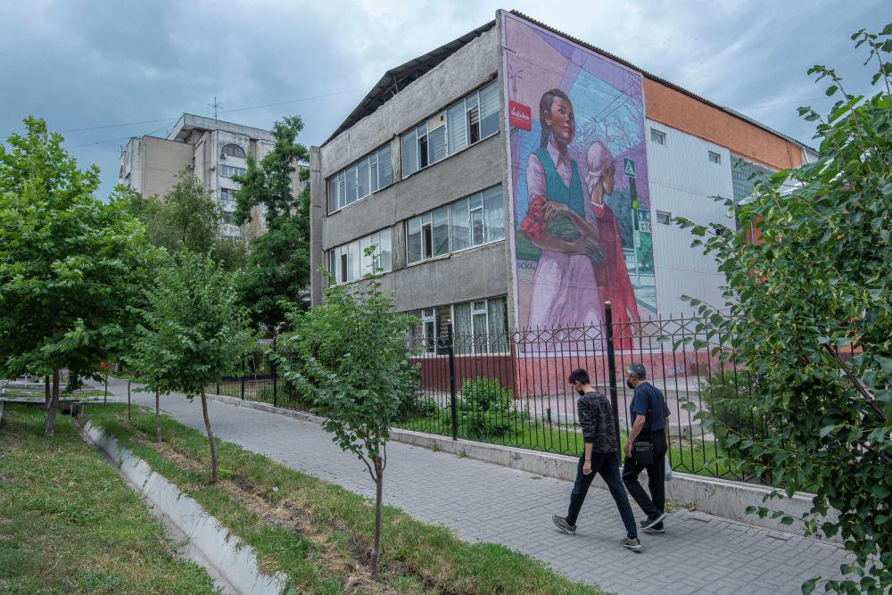Семен Чуйковдун Кыргызстан гүлдөрү сүрөтүндөгү кыздар заманбап реалдуулукка өтөт, 2019-жылдын декабрь айы. Бул эмгек жол эрежелерин сактоонун маанилүүлүгүн эскертет.
