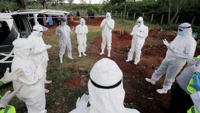 Кениядагы коронавирустам каза тапкан кишинин сөөк коюусу