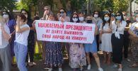 В Бишкеке у здания Жогорку Кенеша проходит митинг арендаторов торгового центра Караван