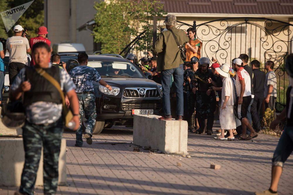 Сотрудники правоохранительных органов около дома бывшего президента КР Алмазбека Амамбаева, где проходит спецоперация по его задержанию