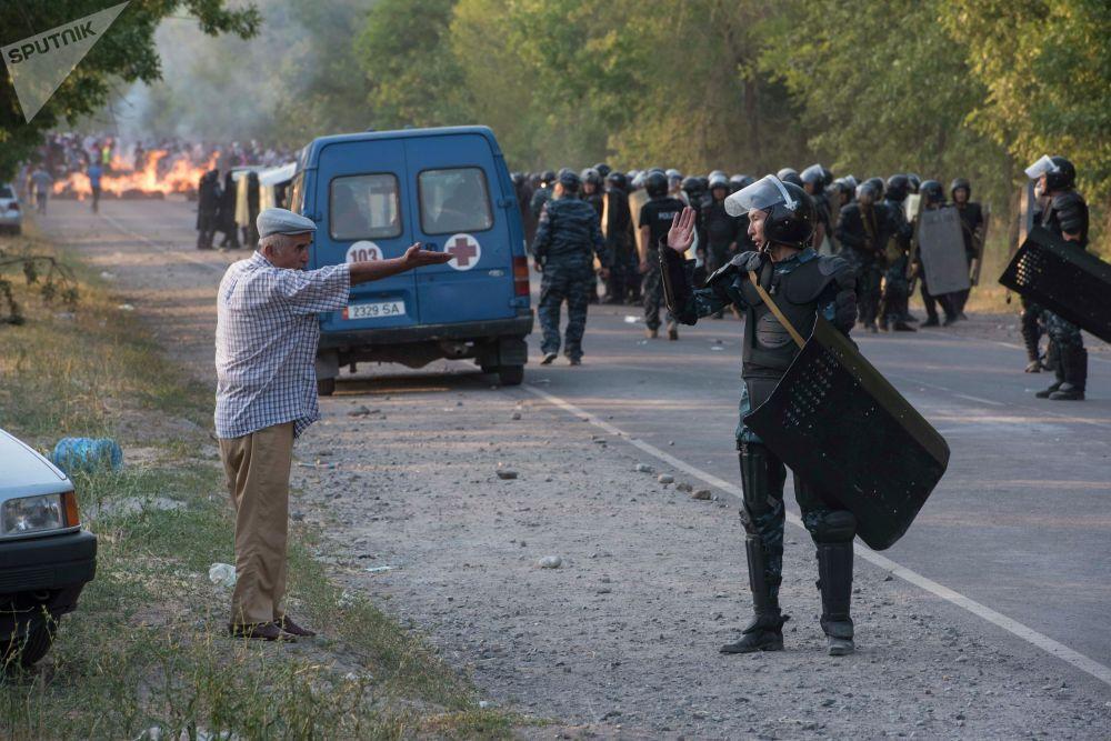 Сотрудники правоохранительных органов около дома бывшего президента КР Алмазбека Амамбаева, где проходит спецоперация по его задержанию.