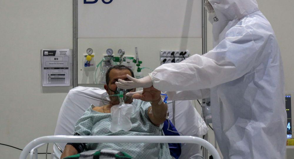 Медицинский работник проводит физиотерапевтическое лечение пациента. Архивное фото