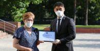 Тышкы иштер министр Чыңгыз Айдарбеков мекендеш-дарыгерлерле сыйлык тапшыруу учурунда