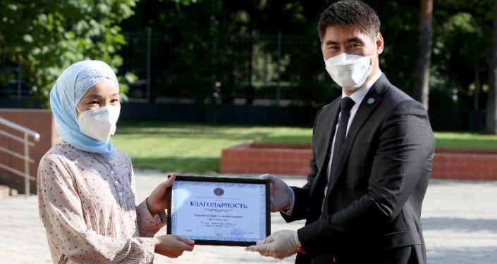МИД КР вручил награды врачам-соотечественникам, прибывшим из России и Турции