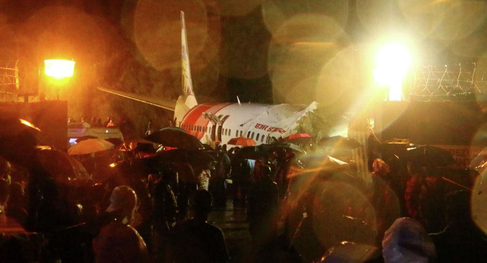 На месте жесткой посадки самолета Air India Express в городе Кожикоде, Индия. 7 августа 2020  года