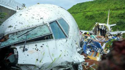 На месте жесткой посадки самолета Air India Express в международном аэропорту Каликут в городе Кожикоде, Индия