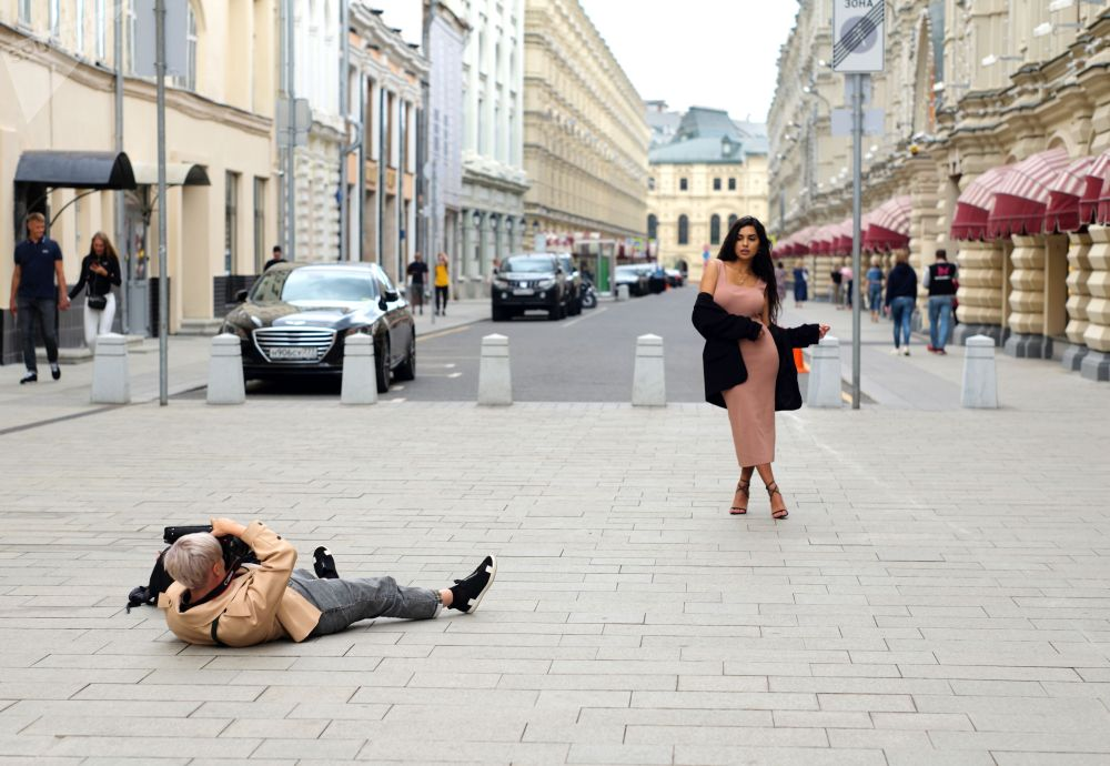 Девушка фотографируется возле ГУМа в Москве