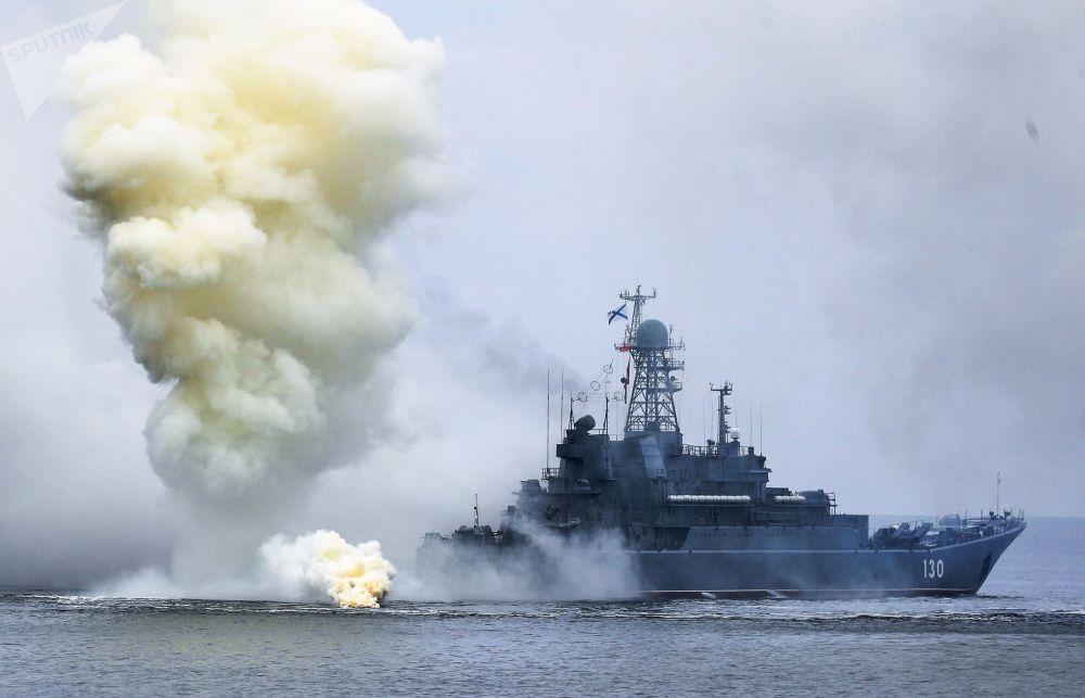 Большой десантный корабль Королев проекта 775 Балтийского флота России на учениях по высадке десанта с моря на необорудованное побережье условного противника
