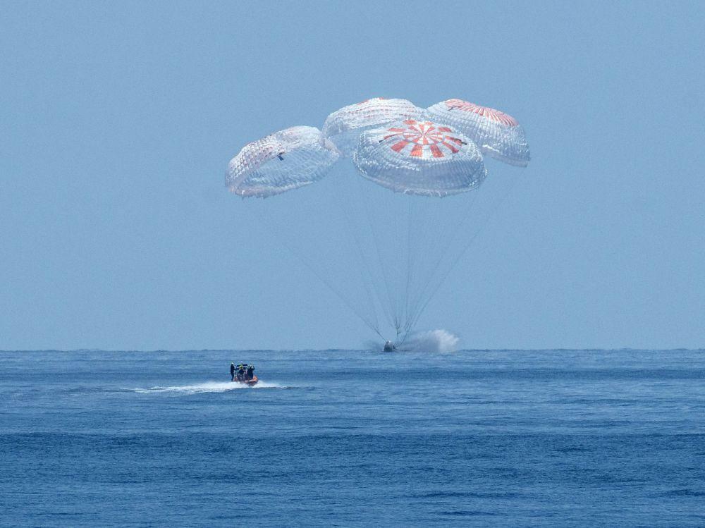 Космический корабль Crew Dragon совершает приводнение в Атлантическом океане у побережья Флориды в Мексиканском заливе. Созданный компанией SpaceX космический корабль отправился к МКС в конце мая, астронавты провели на орбите два месяца. Crew Dragon стал первым частным пилотируемым космическим кораблем.