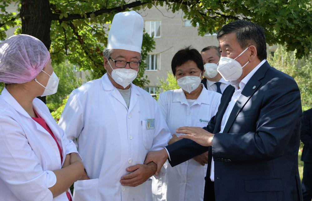 Президент КР Сооронбай Жээнбеков во время осмотра хода капитальной реконструкции инфекционного отделения Иссык-Кульской территориальной районной больницы