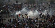 Демонстранты на акции протеста после мощного взрыва в районе порта Бейрута, Ливан. 8 августа 2020 года