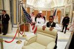 Рабочие готовят комнату для встречи президента Дональда Трампа и лидеров Совета сотрудничества стран Персидского залива в Эр-Рияде. Архивное фото