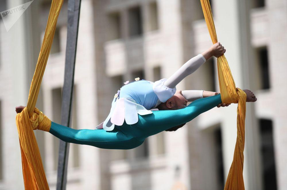 Воздушная гимнастка выступает в рамках Всероссийского олимпийского дня на территории спортивного комплекса Лужники в Москве