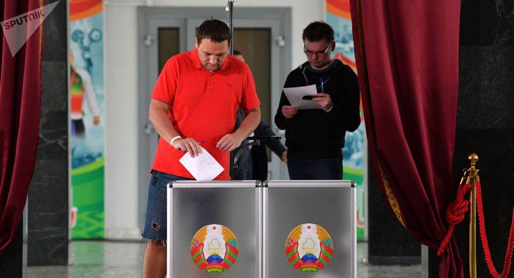 Белоруссияда президенттик шайлоосунда добуш берип жаткан адам
