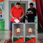 Мужчина голосует на выборах президента Белоруссии на избирательном участке в Минске.