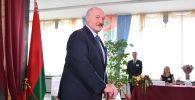 Белоруссиянын Президенти Александр Лукашенко Минск шаарындагы шайлоо участогунда добуш берип турат