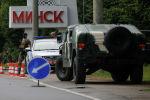 Белорусские военнослужащие охраняют блокпост в день президентских выборов на окраине Минска