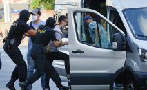 Белорусские полицейские задерживают мужчину в Минске