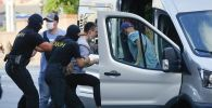 Беларуссия полиция кызматкерлери Минск шаарында бир адамды кармап жатат