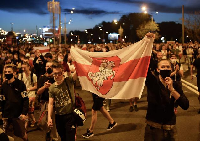 Сторонники оппозиции протестуют после закрытия избирательных участков на президентских выборах в Беларуси в Минске 9 августа 2020 г.