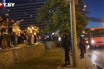 Нааразычылык акциясы президенттик шайлоо аяктаары менен башталган. Шайлоонун алдын ала жыйынтыктарына нааразы болгон жүздөгөн адамдар Минск шаарынын борборун көздөй агылган. Аларга ОМОН отрядынын жоокерлери каршы турууда.