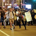 Демонстранты убегают от полиции во время акции протестов против в Минске, после результатов президентских выборов в Беларуси. 9 августа 2020 год