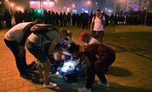 Врачи оказывают помощь пострадавшему во время акции протеста в Минске. Архивное фото