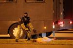 Сотрудник правоохранительных органов во время акции протеста на одной из улиц в Минске