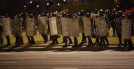 Сотрудники правоохранительных органов во время акции протеста на одной из улиц в Минске.